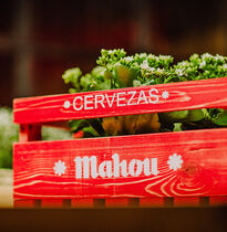 Caja de madera roja logo Mahou